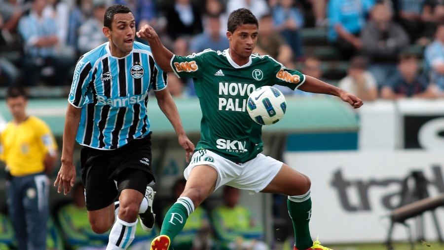 Rafael Marques disputa a bola com Ricardo Bueno durante o jogo entre Grêmio e Palmeiras no Olímpico - Edu Andrade/Agência Freelancer