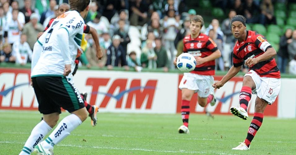 Ronaldinho Gaúcho cobra falta durante derrota do Flamengo para o Coritiba