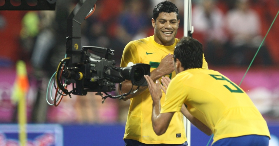 Atacante Jonas manda recado para a câmera na comemoração de seu gol contra o Egito, nesta segunda-feira