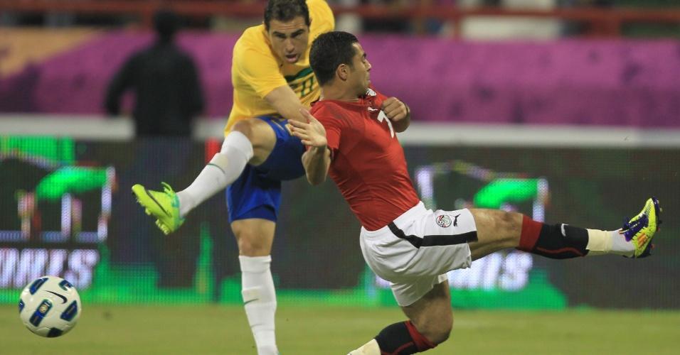 Bruno César é marcado pelo jogador Ahmed Fathi, do Egito, no momento da tentativa do chute