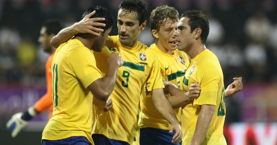 Jogadores da seleção brasileira comemoram o gol de Jonas, que abriu o placar no amistoso contra o Egito