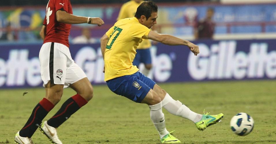 Meia Bruno César arrisca o chuta durante amistoso da seleção brasileira, nesta segunda-feira