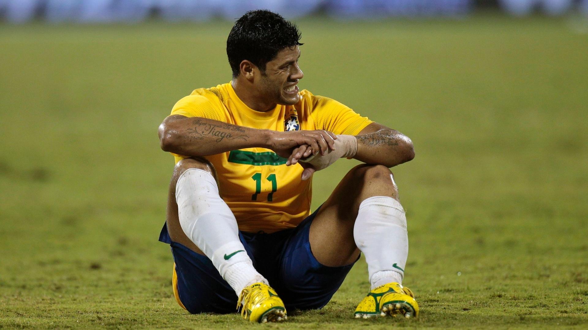 Sentado no chão, atacante Hulk lamenta lance durante amistoso entre Brasil e Egito