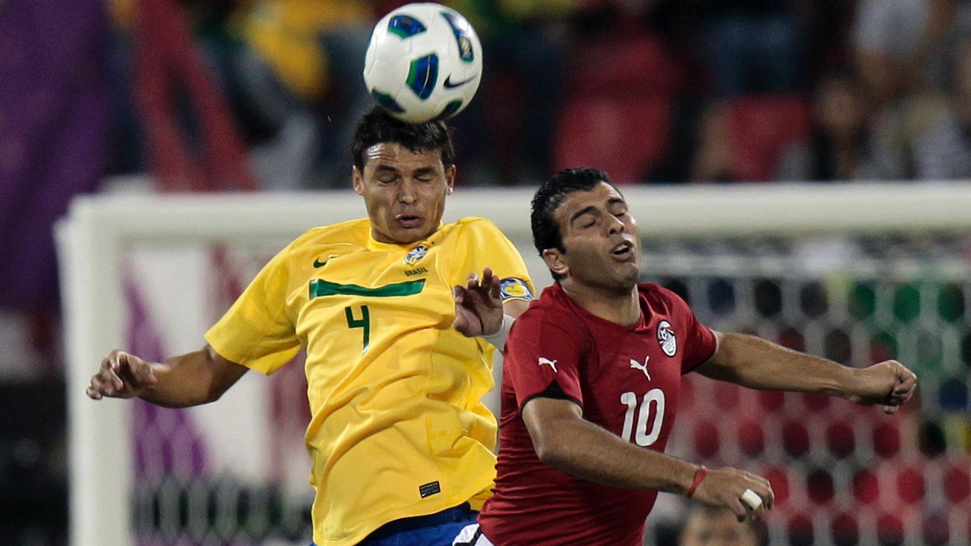 Thiago Silva disputa a bola pelo alto contra o egípcio Emad Methab, em amistoso realizado no Qatar