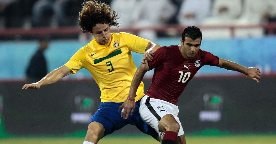 Zagueiro David Luiz briga pela posse da bola com o egípcio Emad Methab