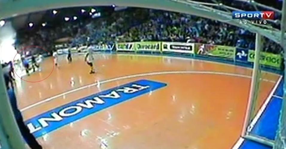 Falcão tenta acertar chute em juiz depois de fim de jogo