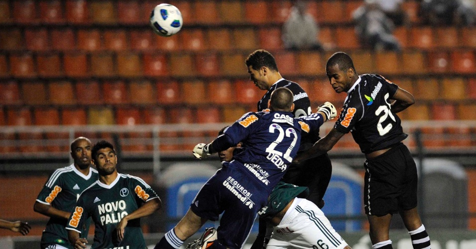 Dedé, de cabeça, abriu o placar para o Vasco contra o Palmeiras, pelo Campeonato Brasileiro