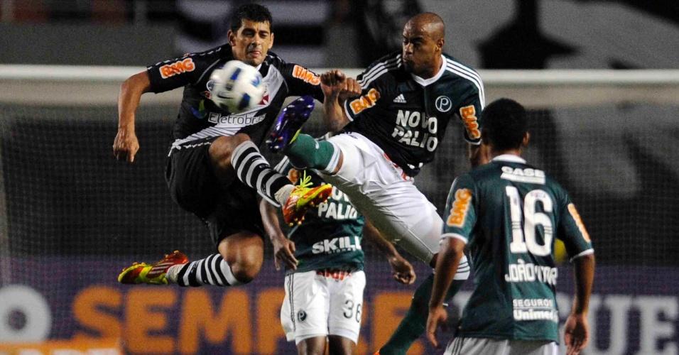 Diego Souza e Thiago Heleno disputam a bola no duelo entre Vasco e Palmeiras