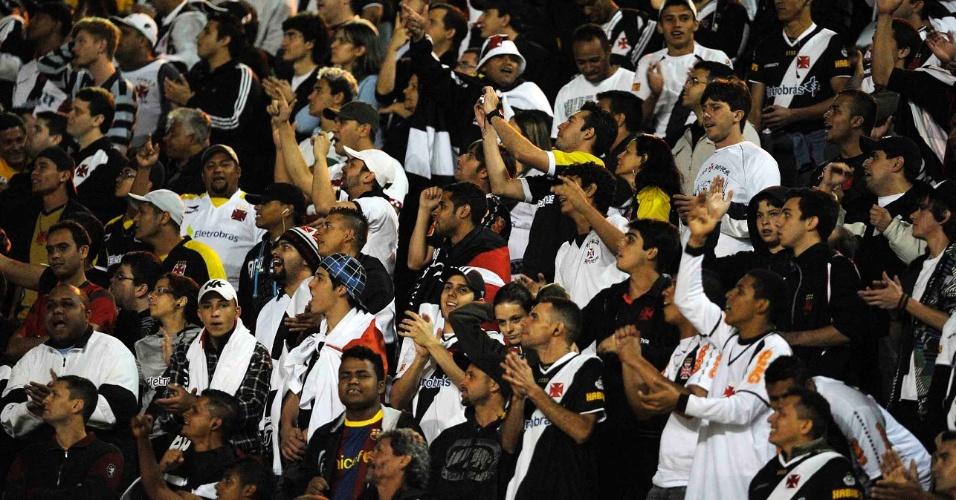 Torcida vascaína faz a festa no estádio do Pacaembu, durante o jogo contra o Palmeiras