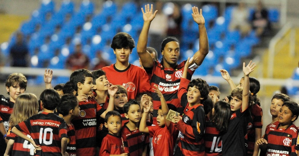 Ronaldinho Gaúcho comanda a fila do Flamengo antes do jogo contra o Figueirense, pelo Campeonato Brasileiro
