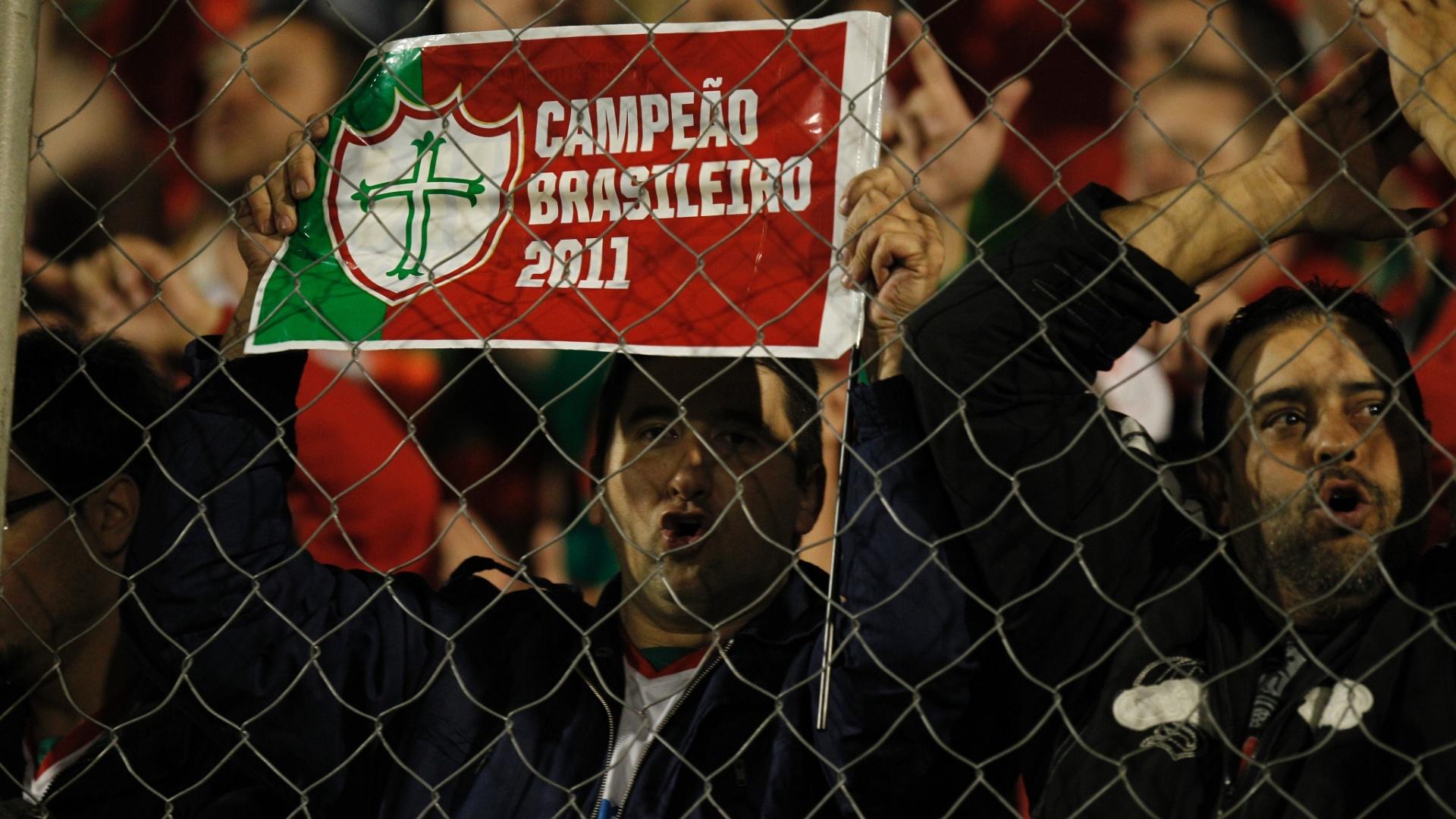 Apesar do frio, a torcida da Portuguesa marcou presença no Canindé para assistir ao jogo contra o Duque de Caxias