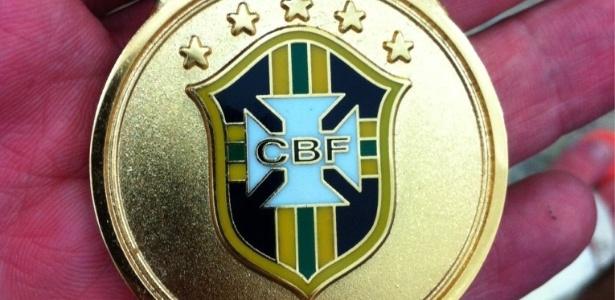 Bruno, goleiro da Portuguesa, exibe a medalha pela conquista da Série B do Campeonato Brasileiro