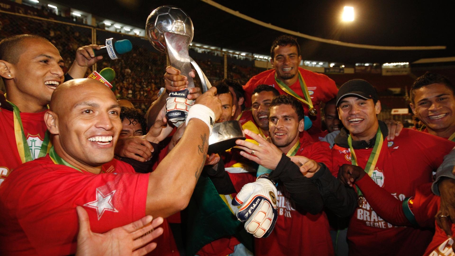 Equipe da Portuguesa comemora o título da Série B do Brasileiro, no estádio do Canindé