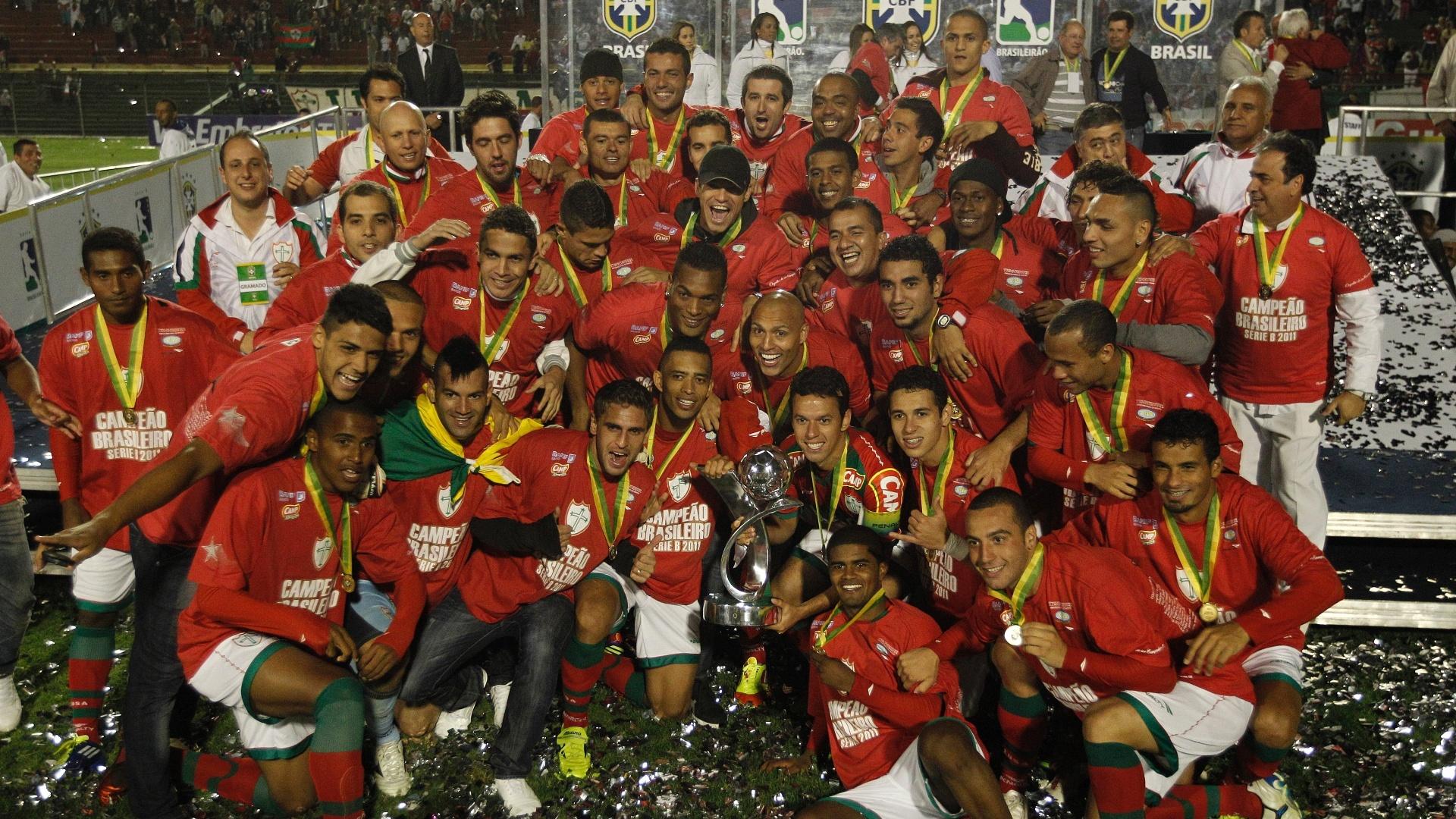 Jogadores da Lusa festejam o troféu de campeão da Série B, no estádio do Canindé