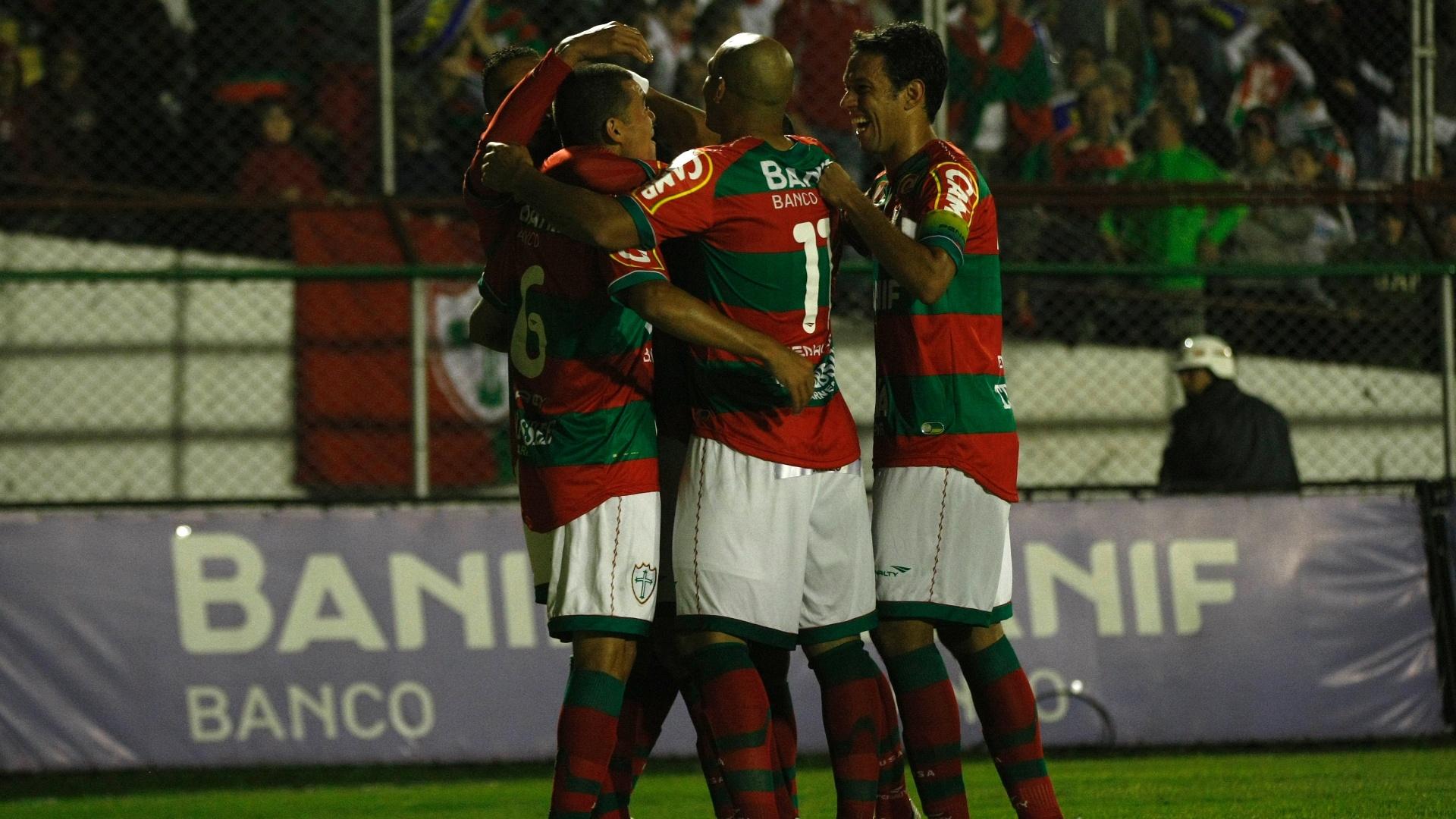 Jogadores da Portuguesa comemoram um dos quatro gols marcados contra o Duque de Caxias, no Canindé