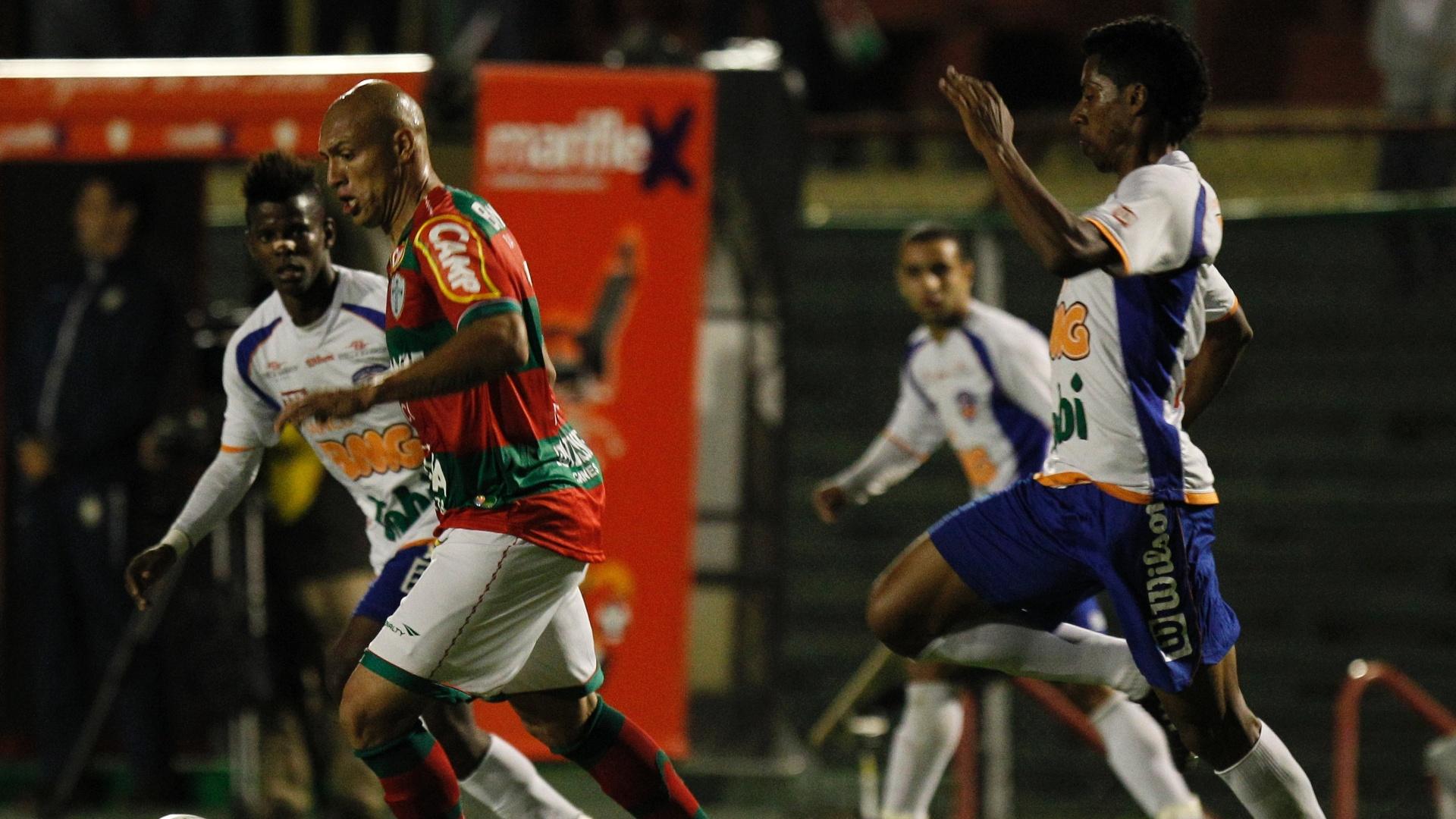 O atacante Edno tenta jogada individual durante a partida entre Portuguesa e Duque de Caxias, pela Série B