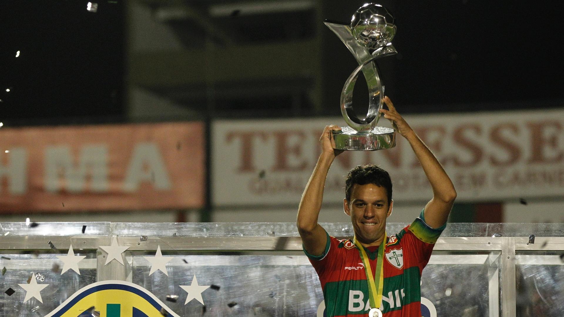 O capitão Marco Antônio ergue a taça de campeão da Série B pela Portuguesa, no Canindé