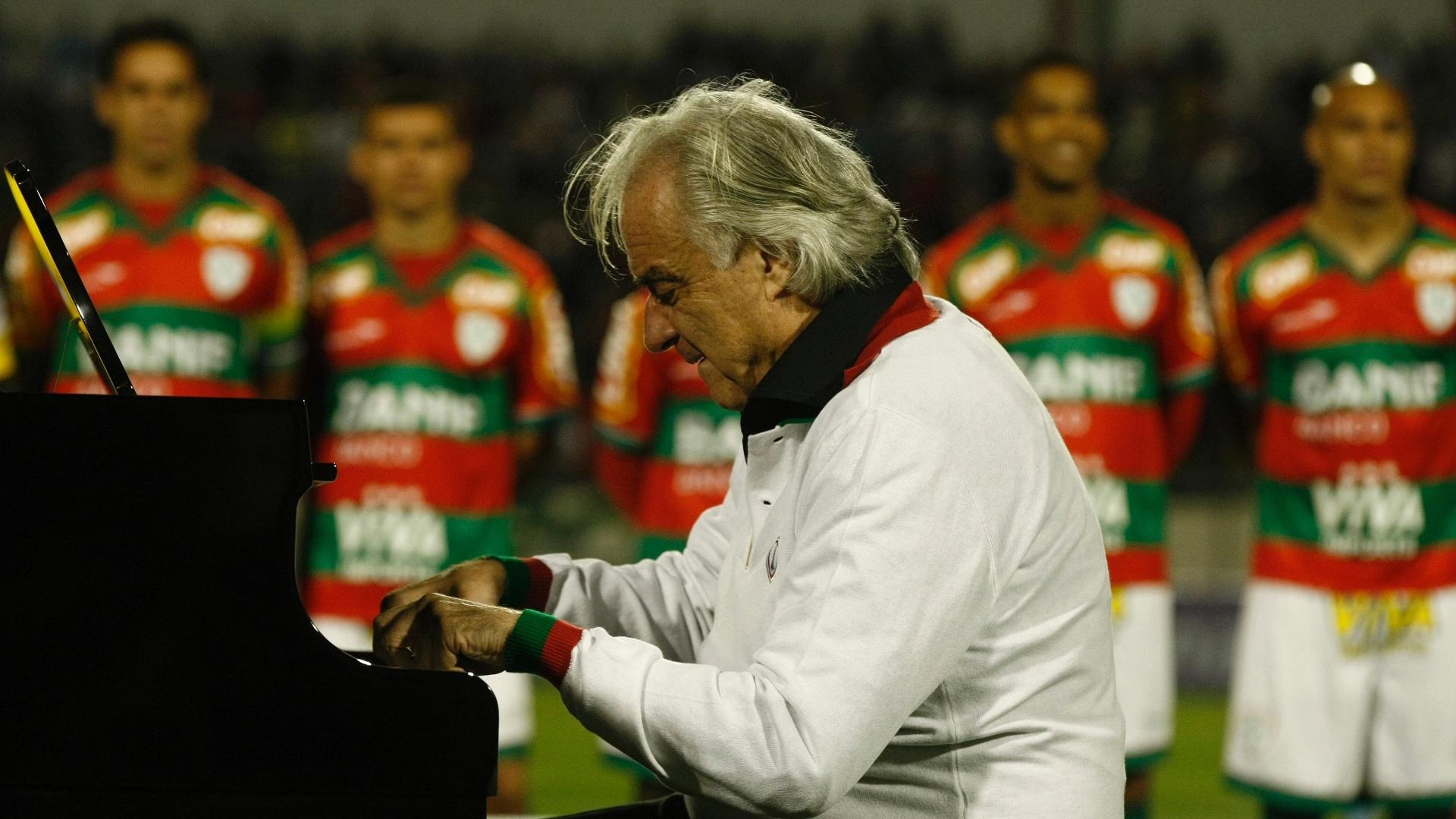 O maestro João Carlos Martins toca o hino nacional antes da partida entre Portuguesa e Duque de Caxias