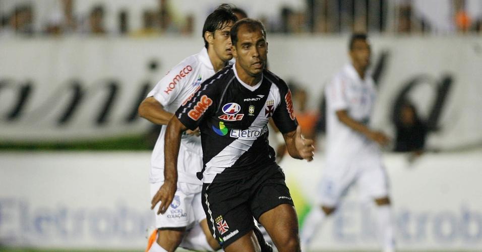Felipe, do Vasco, carrega a bola em confronto contra o Avaí
