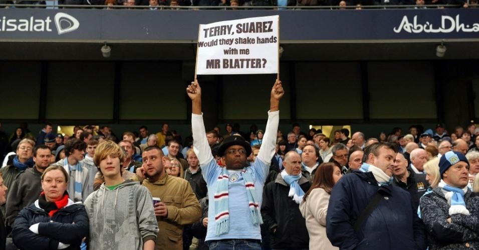 Torcedor do Manchester City provoca Joseph Blatter com faixa que diz