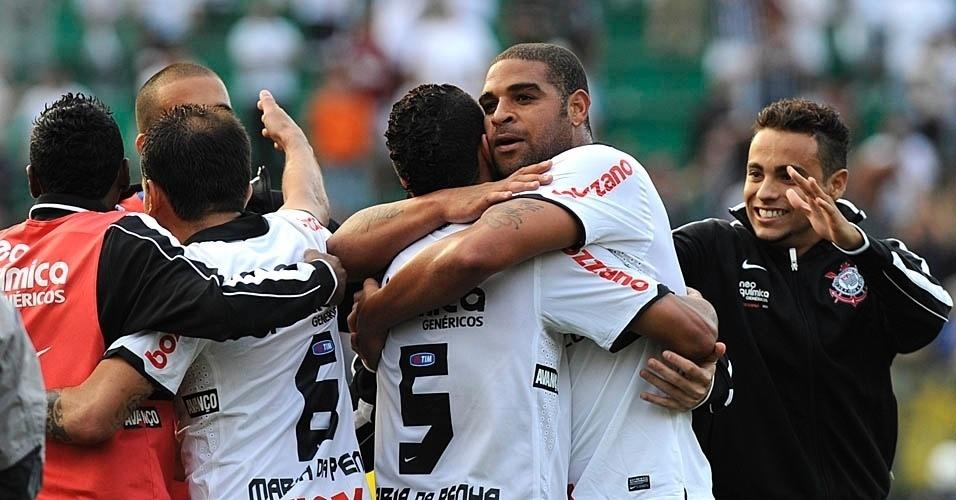 Adriano abraça Ralf. Imperador marcou o gol da vitória corintiana por 2 a 1