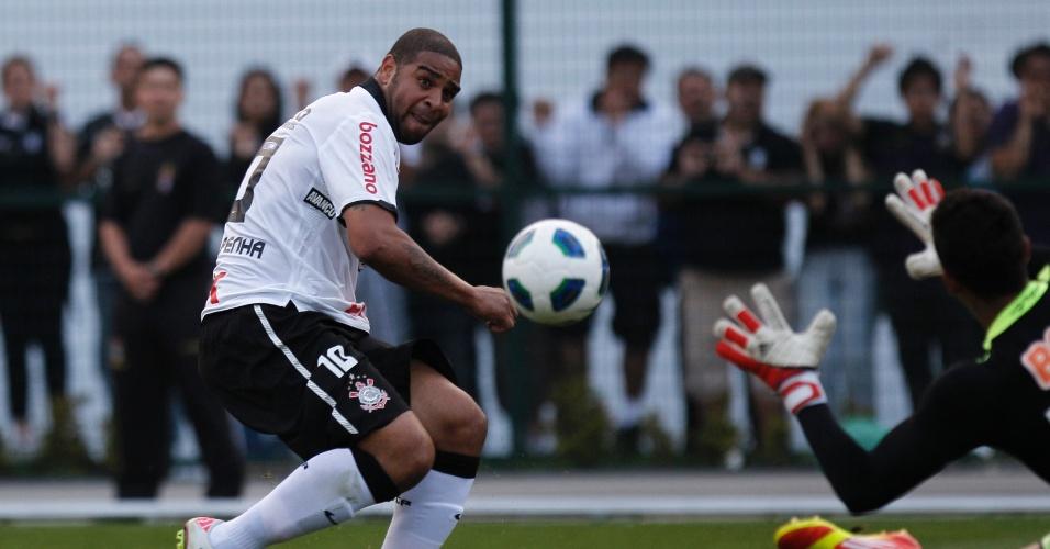Adriano chuta para marcar seu primeiro gol com a camisa do Corinthians