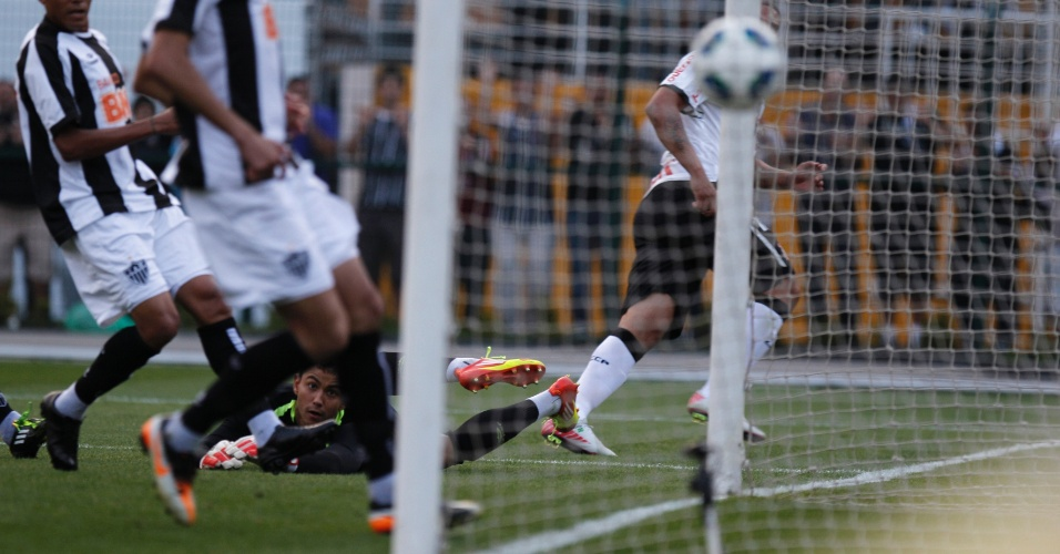 Adriano observa a bola no lance em que marcou seu primeiro gol pelo Corinthians