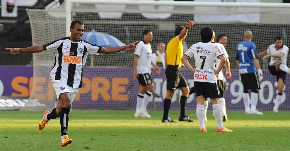 Richarlyson comemora gol do Atlético-MG, enquanto corintianos lamentam