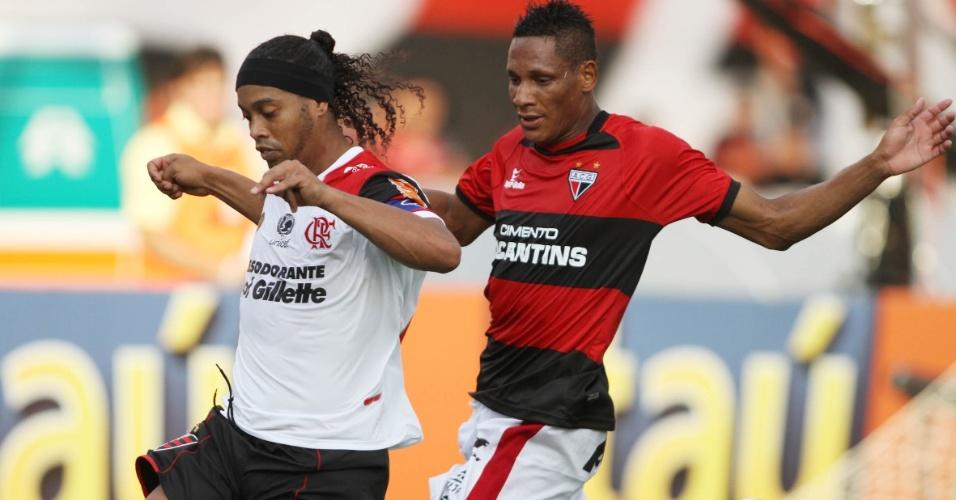 Ronaldinho Gaúcho disputa lance durante empate sem gols contra o Atlético-GO no Serra Dourada