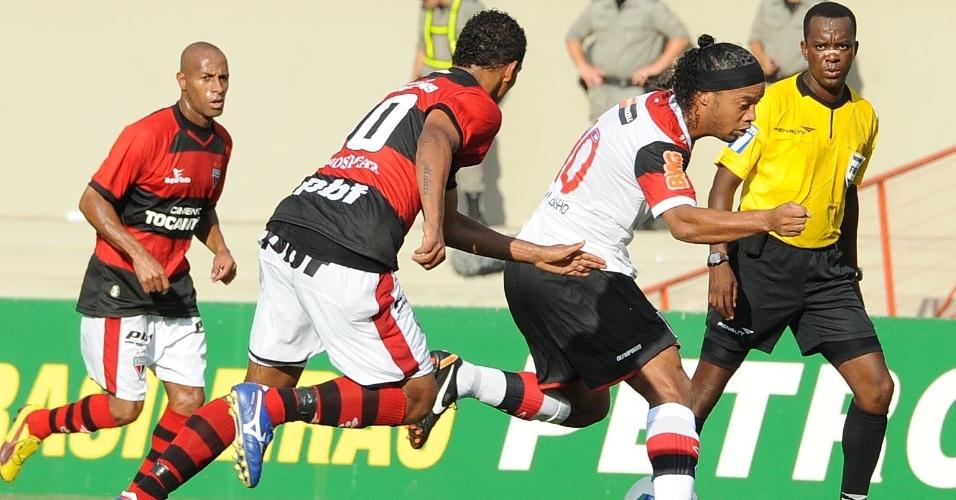 Ronaldinho Gaúcho tenta fugir da marcação durante empate sem gols contra o Atlético-GO
