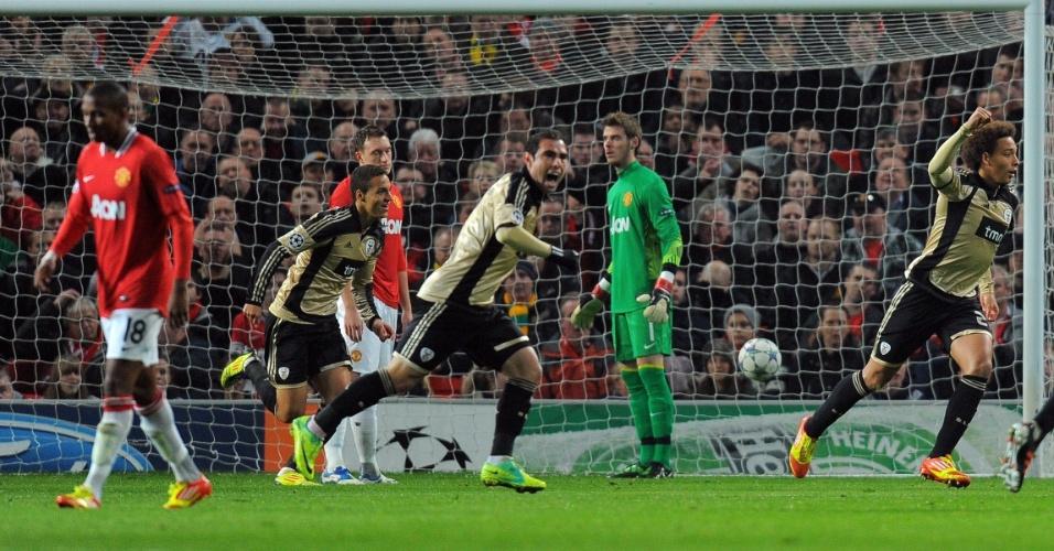 Brasileiro Bruno César e demais jogadores do Benfica comemoram gol contra de Phil Jones, do Manchester United