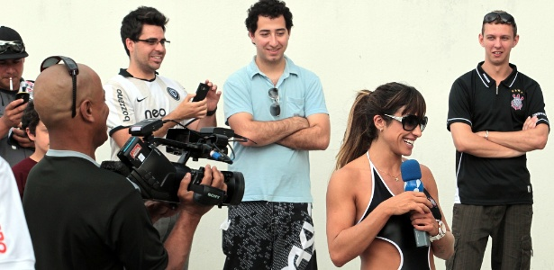 Jaque Khury e Pinguim, do Pânico, da Rede TV, esperam o Corinthians no aeroporto de Florianópolis