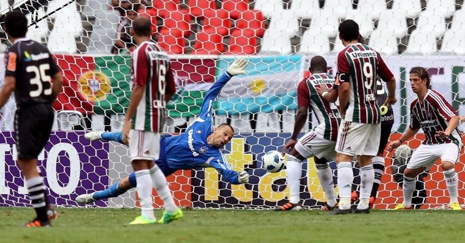 Diego Cavalieri se estica todo para realizar defesa durante o jogo entre Fluminense e Vasco, pelo Brasileiro