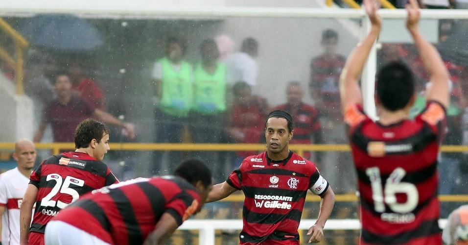 Ronaldinho Gaúcho comemora com os colegas de Flamengo o primeiro gol da equipe na partida contra o Internacional
