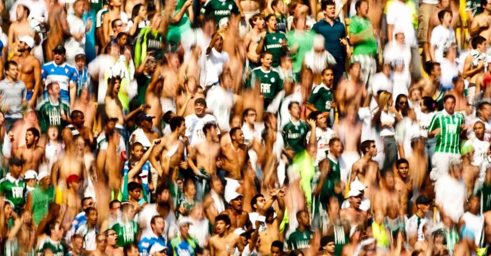 Torcedores do Palmeiras gritam em apoio ao time durante clássico deste domingo contra o São Paulo