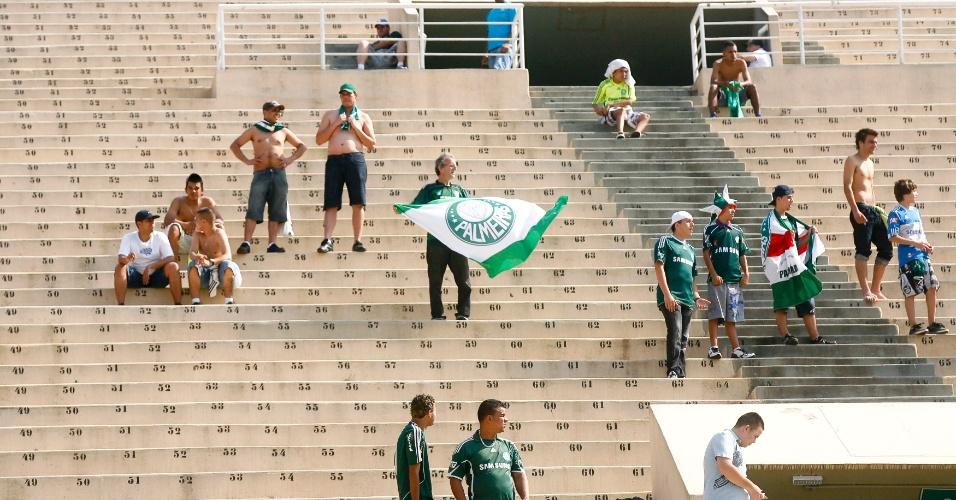 Torcida palmeirense começa a chegar ao estádio do Pacaembu para o clássico contra o São `Paulo