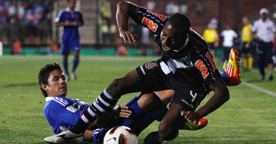 Dedé sofre falta de Canales durante o duelo entre Vasco e Universidad de Chile, pela Sul-Americana