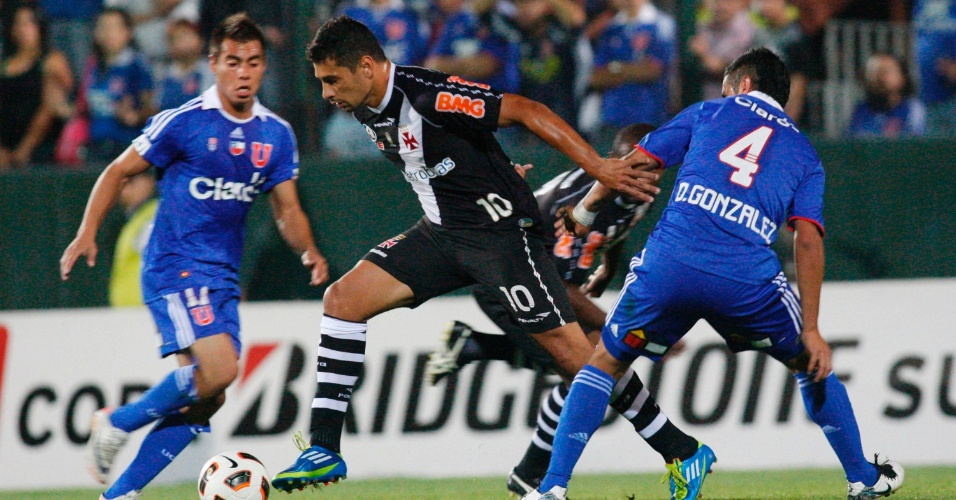 Diego Souza passa por Gonzalez na semifinal da Sul-Americana entre Vasco e Universidad de Chile