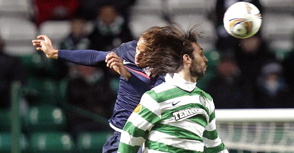 Georgios Samaras disputa a bola pelo alto com o brasileiro Miranda durante partida entre o Celtic Glasgow e o Atlético de Madri
