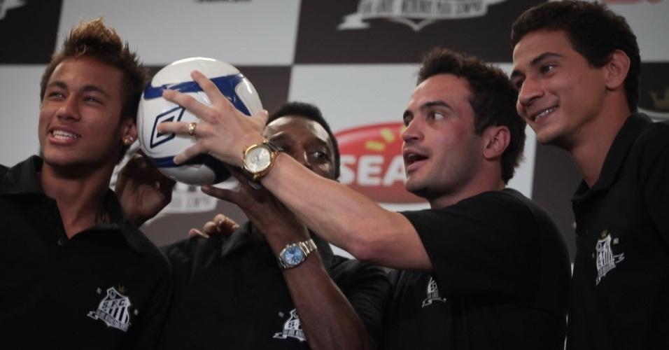 Neymar, Falcão e Ganso estiveram no anúncio de Pelé como embaixador do Santos no centenário do clube (30/11/2011)