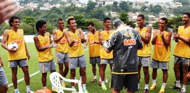 Neymar foi um dos mais empolgados e puxou a fila da ovada no treinador