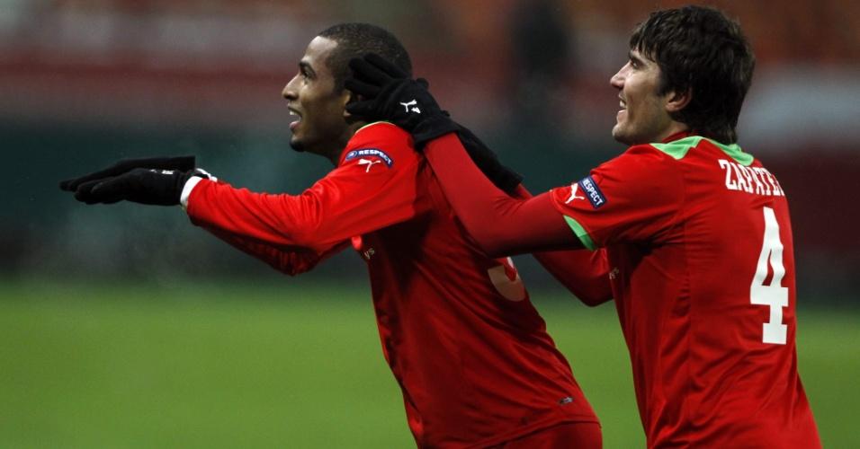 Brasileiro Maicon comemora gol pelo Locomotiv, da Rússia ao lado do companheiro Alberto Zapater