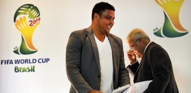 Ricardo Teixeira deixa a sala enquanto Ronaldo se prepara para a entrevista coletiva