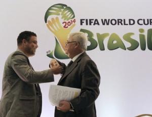 Ronaldo e Teixeira na apresentação do ex-jogador no Comitê; cartola se afasta até fim de janeiro
