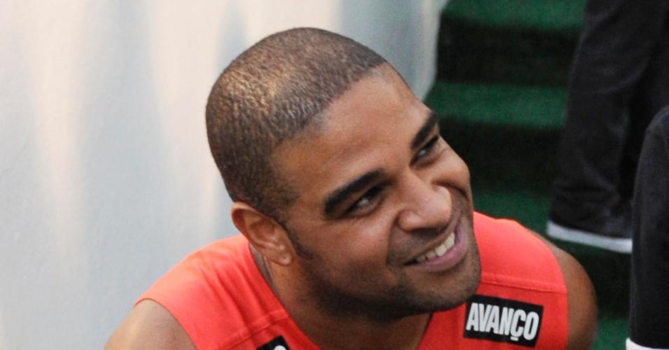 Adriano sorri ao sair para o vestiário após a conquista do Brasileirão