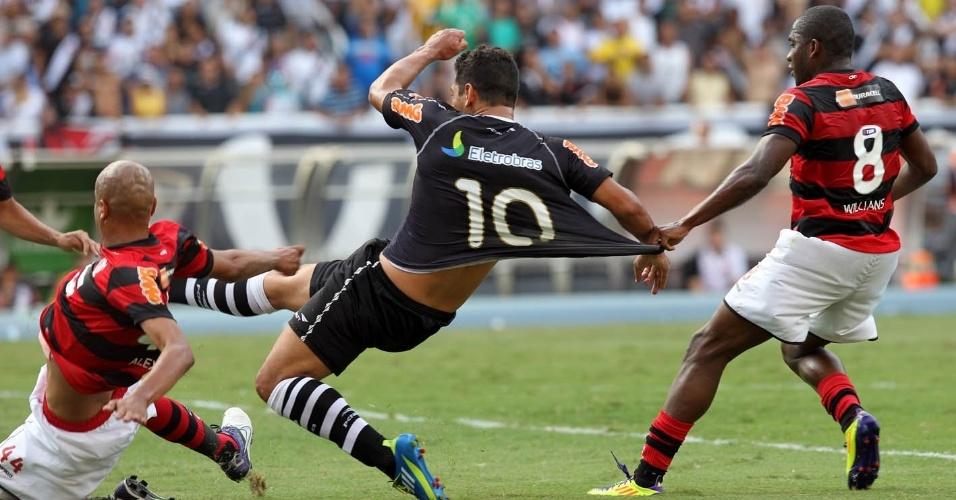 Antes do primeiro gol, Diego Souza foi claramente puxado por Willians dentro da grande área e o árbitro nada marcou