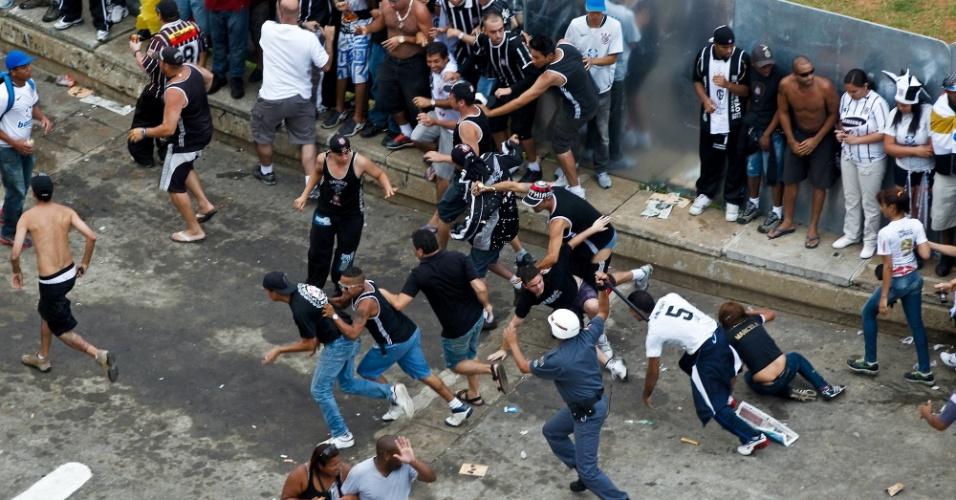 Conflito entre torcedores do Corinthians e policiais na entrada do Pacaembu