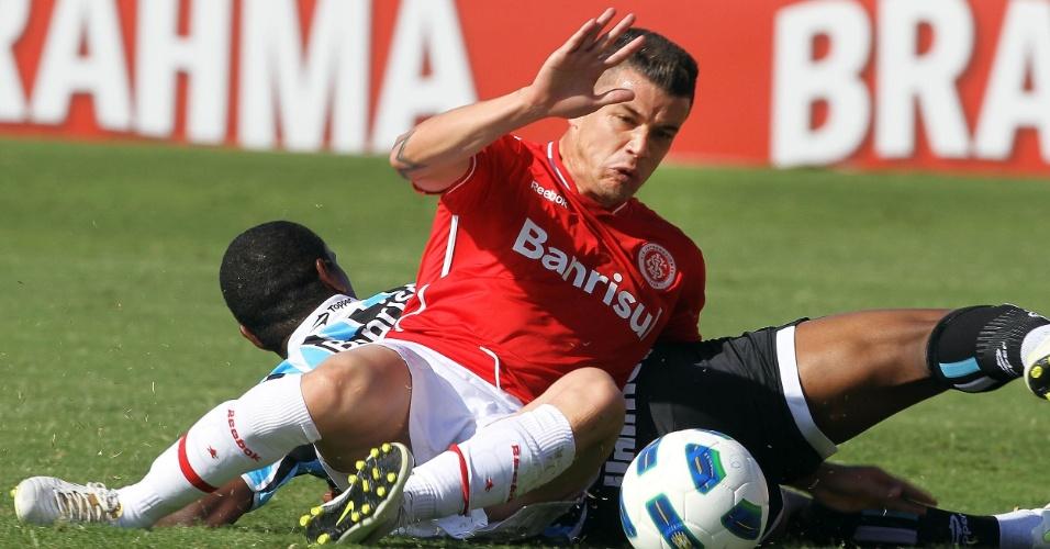 D'Alessandro divide bola com gremista no Grenal da última rodada do Brasileirão. Colorado luta para chegar à Libertadores