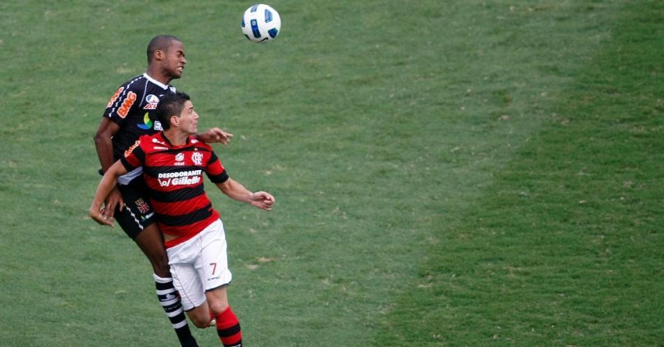Dedé e Thiago Neves disputam bola pelo alto no clássico Flamengo x Vasco pela última rodada do Brasileiro