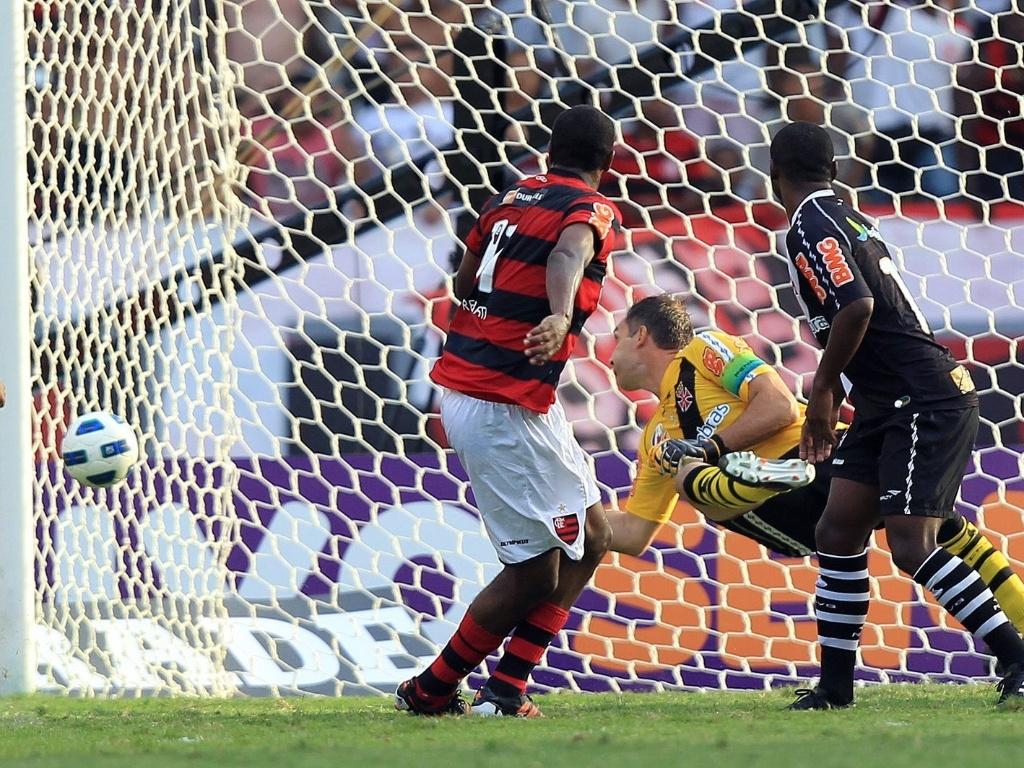 Dentro da grande área, Renato Abreu teve liberdade e só colocou no canto de Fernando Prass